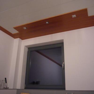 Zimmerdecke, Einfassung Lärche mit Strahler, Panelle Weißlack